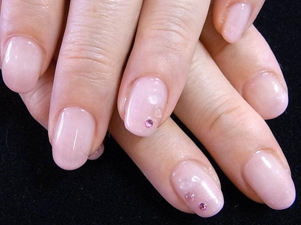 薄いピンクの1色塗りに運勢UPの天然石を。爪先にもパワーストーンってお洒落ですよ(^^)